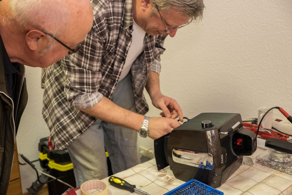 unser neuestes Team-Mitglied Gilbert  beim Reparieren einer Kaffeemaschine