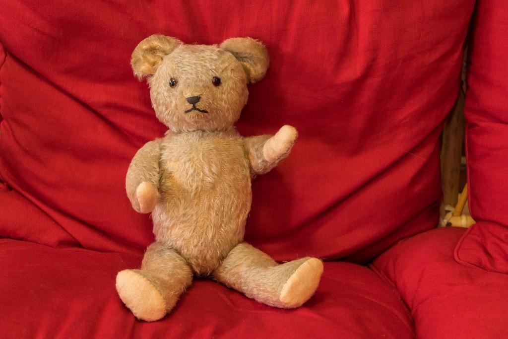 Zurück aus dem Teddybär Krankenhaus. Erfolgreiche Verarztung der Gliedmaßen am alten Teddybären.