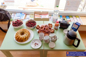 frischer Kirschkuchen und Kaffee erwartet die Besucher im Café