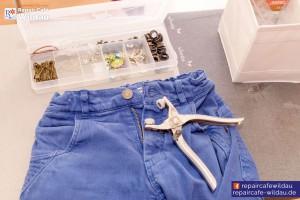 Hosenreparatur durch neuen Knopf